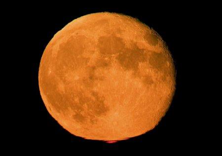 Оранжевая Луна, красный луч